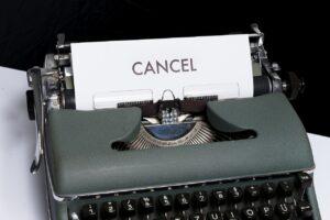 タイプライターに出された文字がキャンセルと書いている