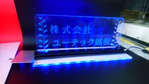 LEDサインプレート製作したもので青色の光を放っているもの